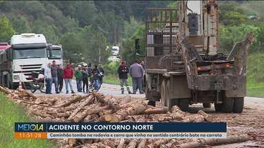 Carro bate em caminhão que tombou no Contorno Norte - Duas pessoas ficaram feridas. Um longo congestionamento se formou na rodovia.