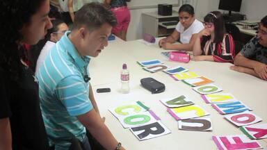 Deficientes intelectuais aprendem a ler e a escrever com apoio da PUC Minas - Aulas são gratuitas e contemplam, em média, 20 pessoas por semestre