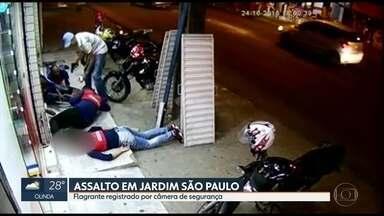 Câmera flagra assalto a entregadores de farmácia no Recife - Armado, homem ainda roubou uma motocicleta.