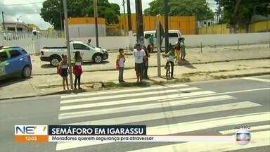 Moradores de Igarassu cobram segurança para atravessar a BR-101 - Semáforo caiu em agosto, depois de um acidente.