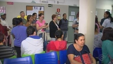 Moradores formam grandes filas para agendar consultas em UBSs de Sorocaba - As Unidades Básicas de Saúde (UBSs) dos bairros Vitória Régia e do Parque das Laranjeiras, em Sorocaba (SP), registraram grandes filas na manhã desta quinta-feira (25).