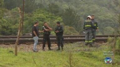 Homem morre atropelado por trem na Zona Rural de Mairinque - Um homem de 40 anos morreu atropelado por um trem, na Avenida dos Ipes, no bairro Esperança, na Zona Rural de Mairinque (SP), na manhã desta quinta-feira (25).