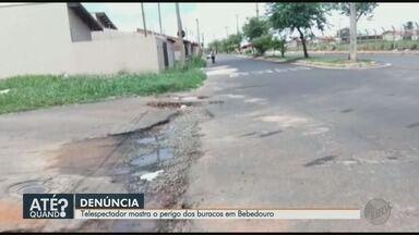 Morador faz selfie para denunciar buracos que oferecem perigo em Bebedouro, SP - O problema acontece no bairro Vale do Sol.