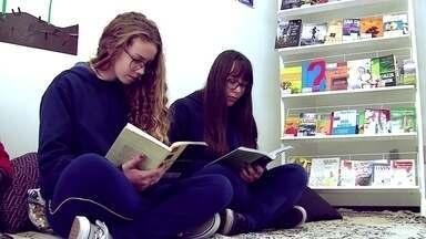 ONG instala pequenas bibliotecas em escolas públicas - Odisseia do conhecimento acontece em municípios do Rio Grande do Sul.