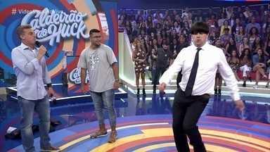 Marcelo Boapessoa invade o camarim de Luciano Huck - Repórter do 'Vídeo Show' apronta todas e ainda mostra seu remelexo para o apresentador
