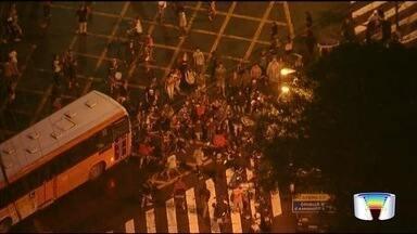 Moradores do Banhado voltam a protestar contra fechamento de acesso em São José - Protestos duraram cerca de duas horas e foram encerrados após a Justiça expedir uma liminar no início da noite determinando a retirada das manilhas na via interditada pela prefeitura.