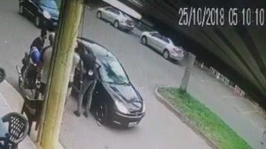 Vídeo mostra quando policial atirar em amigo e se mata em seguida, em Goiânia - Polícia Civil acredita que primeiro disparo do PM foi involuntário. Investigação aponta que os dois estavam bêbados no momento.