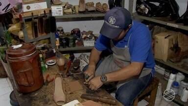 Idoso de 81 anos fabrica sapatos personalizados para pacientes de hospital em MS - O sapateiro foi contratado para fazer parte da equipe depois de consertar os sapatos de funcionários do hospital.