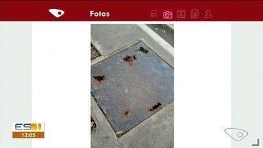 Pedestres sofrem risco com tampa de boeiro na calçada - Muitas pessoas passam pelo local.