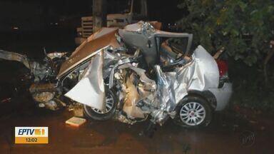 Mãe e três filhos morrem após batida entre carro e caminhão em rodovia de Mogi Mirim - Segundo Polícia Rodoviária, motorista do caminhão relatou que atravessou pista contrária após aquaplanagem. Acidente ocorreu na noite de sexta-feira (26), na Rodovia Wilson Finardi (SP-191).