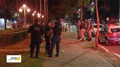 Jovem morre baleado durante o Chorinho, na Avenida Goiás, em Goiânia - Segundo testemunhas, homem passou em uma moto pelo local, que ficar reservado apenas para pedestres, atirou contra a vítima e fugiu.