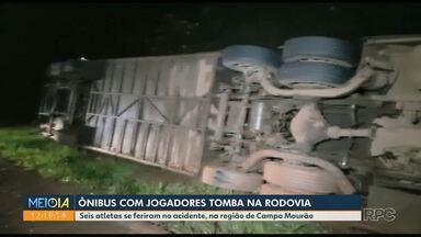 Ônibus com jogadores de futsal tomba na rodovia - Seis atletas se feriram no acidente.