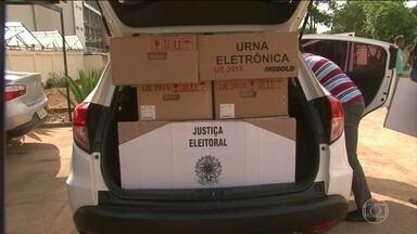 Zonas eleitorais mais afastadas começam a receber as urnas eletrônicas - A um dia das eleições, muitas urnas estão a caminho das zonas eleitorais. No Pará, os rios mais secos atrapalham o transporte do equipamento. No Tocantins, as urnas passaram por pontes improvisadas.