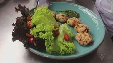 Nuggets funcionais de frango são opção leve e saudável - Receita é muito simples e leva ingredientes super nutritivos.