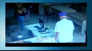 Em Campina Grande, um idoso foi flagrado roubando um celular numa loja. - Imagens do circuito de segurança de uma loja de móveis projetados flagraram um idoso roubando um celular e ainda pegou esmolas na saída.