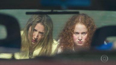 Michele e Neusa empurram o carro de Tavares na estrada - O carro enguiça e as duas se irritam com a situação