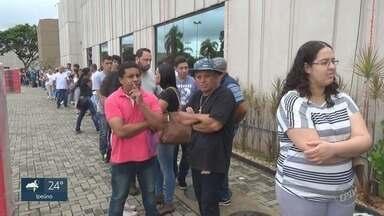 Feira com 300 vagas de emprego forma fila em shopping de Sarta Bárbara d'Oeste - Ao todo, são 20 empresas que oferecem as oportunidades até às 21h deste sábado (27).
