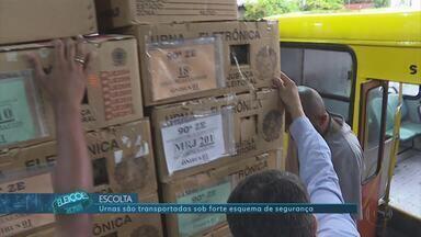 PM em Minas transporta urnas eletrônicas aos locais de distribuição - Elas são transportadas sob forte esquema de segurança.