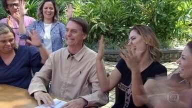Resultado de imagem para Bolsonaro festeja vitoria na Barra da Tijuca