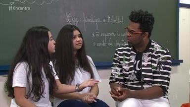 Escola estimula alunos a denunciar casos de bullying - Alunos de escola de São Paulo participam da prevenção e da mediação de conflitos. A solução compartilhada é elogiada pela filósofa Viviane Mosé