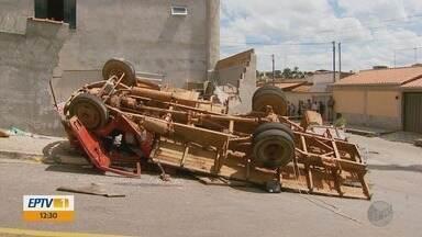 Acidente com caminhão de mudança deixa oito feridos no bairro Monte Serrat, em Varginha - Acidente com caminhão de mudança deixa oito feridos no bairro Monte Serrat, em Varginha