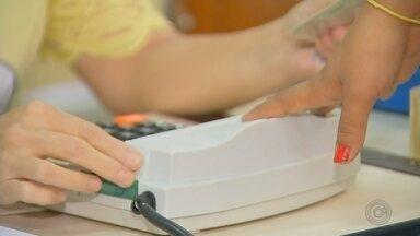 Confira como foi o domingo de votação em Botucatu - Em Botucatu, cidade onde a biometria é obrigatória, o domingo de votação foi tranquilo. Apesar de algumas dificuldades, o sistema funcionou e nenhum eleitor foi prejudicado.
