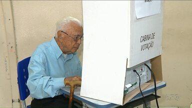 Eleitor de 106 anos fez questão de votar e exercer a democracia - Ele votou em um colégio em Londrina.