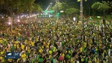 No Recife, militantes acompanham apuração de votos e se posicionam sobre resultado - Grupo favorável ao PT prometeu fazer oposição ao governo de Jair Bolsonaro, enquanto outros eleitores celebraram a vitória do candidato do PSL.
