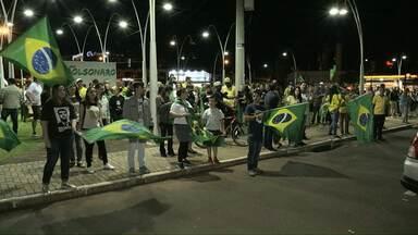 Eleitores comemoram o resultado da votação no centro de Cascavel - Duas pessoas foram detidas durante a votação.
