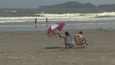 Eleitores aproveitaram o domingo na praia após voto - Mar estava bastante agitado e houve ressaca em Santos.