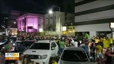 Eleitores comemoram vitória de Jair Bolsonaro na Eleição 2018 - Eles saíram em carreata pela cidade.