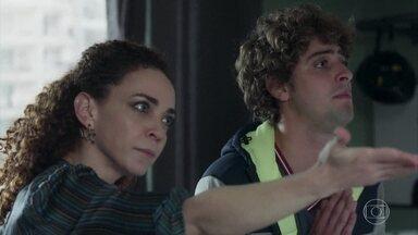 Tânia expulsa Gabriela de sua casa - A mãe de Álvaro acusa a professora de tentar seduzir seu filho. Gabriela sai do prédio desnorteada e encontra Rafael