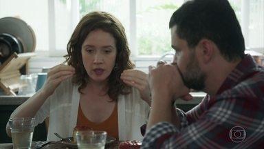 Gabriela conta a Rafael sobre as acusações de Tânia - Rafael diz que namorada não pode resolver os problemas de Álvaro sozinha