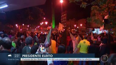 Eleitores de Jair Bolsonaro comemoram vitória no interior do Rio - Assista a seguir.