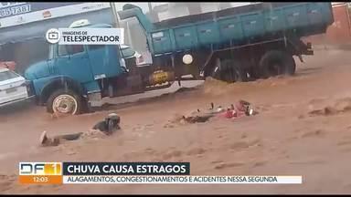 Chuva causa estragos no DF - A chuva que caiu nessa segunda-feira complicou o trânsito em vários pontos da cidade e causou muitos transtornos e prejuízos.