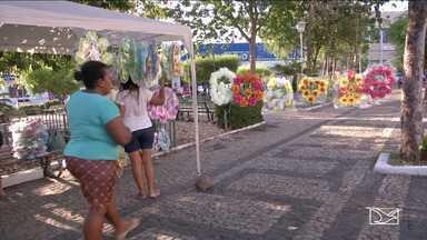 Famílias preparam homenagens para o Dia de Finados em Caxias - Época também é propícia para os artesãos garantirem uma renda extra no município.