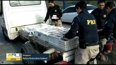 PRF apreende quase 600 quilos de cocaína na Dutra - Os agentes da Polícia Rodoviária Federal tiveram que usar uma serra elétrica para cortar a carroceria do caminhão. Os pacotes da droga estavam escondidos na parte de baixo do veículo. A polícia contou que a cocaína abasteceria o Complexo da Maré.