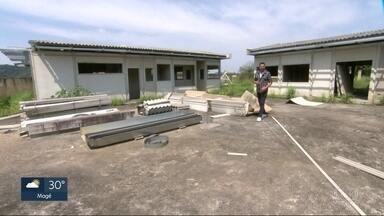 Faltam vagas em creches para crianças e sobram obras inacabadas, em todo o estado - Vários municípios da Região Metropolitana receberam verbas federais pra construção de creches, mas as obras estão paradas.