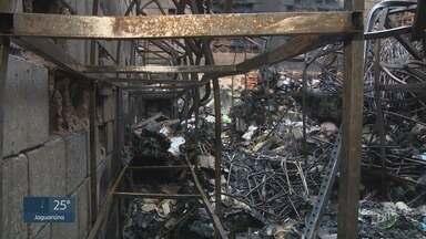 Incêndio em loja no centro de Campinas destrói estrutura e aponta falhas na fiscalização - Especialista analisa junção de comércios que poderiam ter sido atingidos pelo fogo.