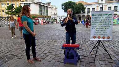 Músico leva sua arte para as ruas e toca cerca de 10 horas para garantir o ganha pão - Músico leva sua arte para as ruas e toca cerca de 10 horas para garantir o ganha pão