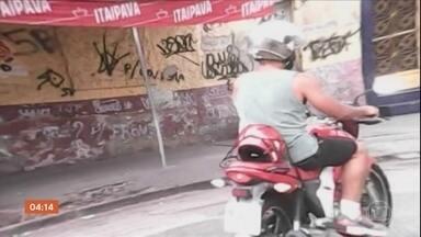 Mototaxistas são presos em operação policial no Rio - Polícia Civil prendeu homens no Morro do Urubu, em Pilares. Eles são suspeitos de trabalhar para o tráfico de drogas, negociando produtos em avenida movimentada na região.