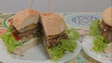 Aprenda a fazer hambúrguer vegano - Assista ao vídeo
