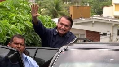 Bolsonaro vai a Brasília para encontrar Temer na próxima quarta (7) - Presidente eleito passou a tarde de sexta (2) numa base da Marinha, no Rio de Janeiro. Jair Bolsonaro recebeu alfaiate e tirou medidas para o terno da posse.