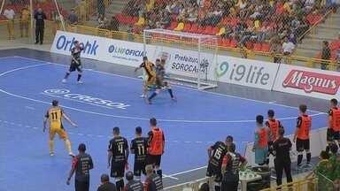 Sorocaba vence Joinville e abre vantagem por vaga na semi da Liga Nacional - O Sorocaba venceu o Joinville por 4 a 2, na tarde desta sexta-feira (2), na Arena Sorocaba, e saiu na frente por uma vaga na semifinal da Liga Nacional de Futsal (LNF).