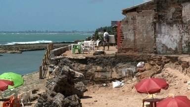 Avanço da maré na praia da Sereia causa prejuízo aos comerciantes - Parte da faixa de areia foi tomada pelas águas.