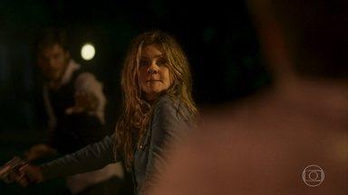 Laureta atira em Remy - Karola o socorre. Beto consegue tirar a arma das mãos de Laureta e ela foge. Ionan encontra Remy e abraça o irmão