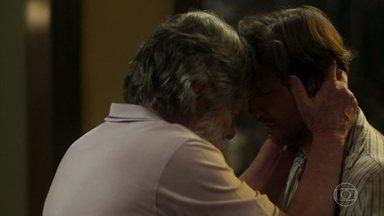 Dodô se emociona e abraça Remy - Ícaro e Valentim insistem que Remy vá a delegacia para inocentar Luzia