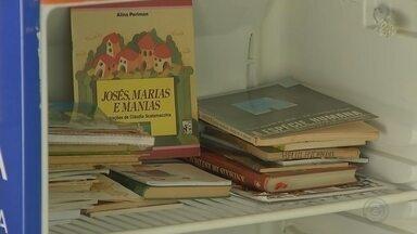 Geladeiras com livros são espalhadas em diversos pontos de Araçatuba - Um projeto em Araçatuba (SP) incentiva a leitura em vários pontos da cidade. Foram espalhadas geladeiras cheias de livros na frente de lojas, oficinas mecânicas e no asilo.