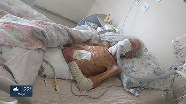 Familiares e pacientes reclamam dos hospitais públicos, da falta de serviço e insumos - As pessoas estão levando roupa de cama, fralda e material hospitalar de casa para manter familiares internados. Alguns não conseguem atendimento e são mandados embora.