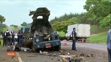 Polícia procura bandidos que atacaram carro-forte em Cajuru, SP - Durante a ação, os criminosos usaram até fuzis para atirar contra um helicóptero da Polícia Militar.
